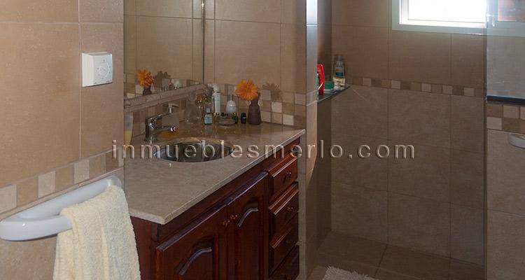 Mamparas Para Baño Fv:Amplio baño con mampara de vidrio, amplio mueble para baño en madera