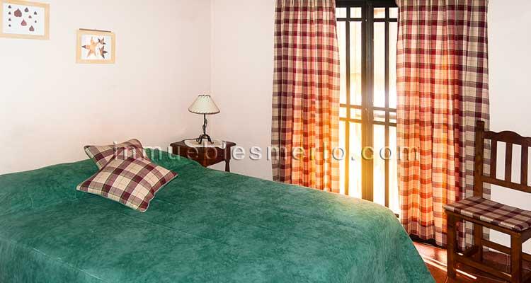 Dormitorio con vista a las sierras