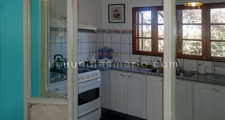 cocina separada del desayunador por puertas de vidrio