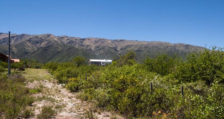 Vista a las Sierras desde el Cerco perimetral del Campo.