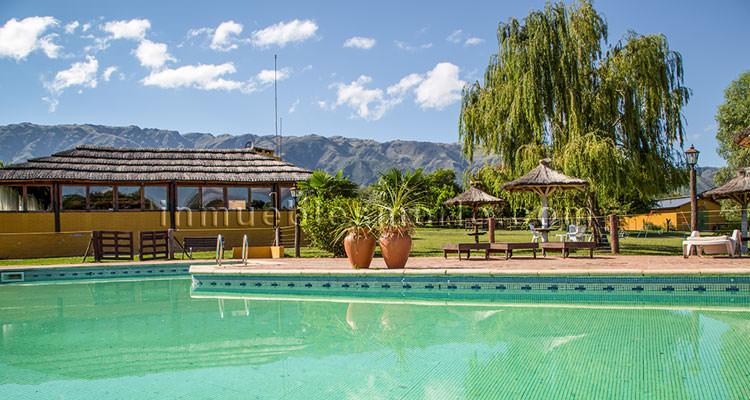 Vista de quincho y piscina de complejo de cabañas en las sierras