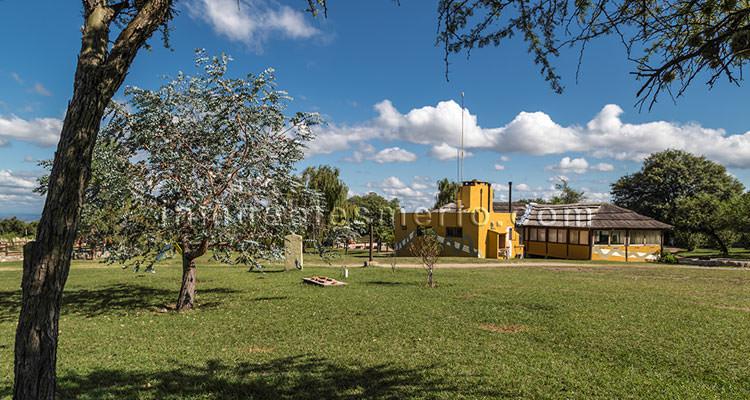 Vista del parque del complejo con el quincho al fondo