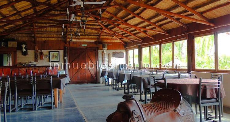 Vista interior del quincho, con importante cubierta de madera y caña